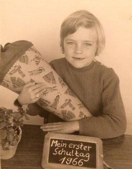 Einschulungsfoto mit Schultüte von 1966: Erster Schultag von Ursula Konder. Im 19. Jahrhundert waren es noch Zuckertüten, die den Kinder zum ersten Schultag den ersten Abschied vom Elternhaus versüßen sollten.