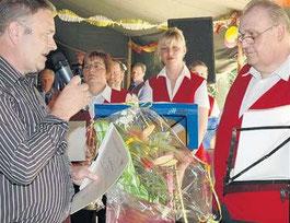 Bürgermeister Dr. Volkmar Haase (links) beglückwünschte Bernd Dittebrandt stellvertretend für alle Musiker zum Jubiläum der Kapelle.