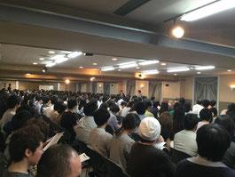 受講生およそ300人が熱心に聞き入っていました。