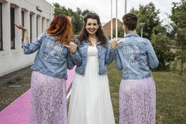 bruidsmeisjes en bruid in customized spijkerjasjes