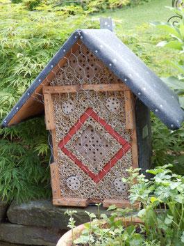 Stephan Eßer: Wildbienenbruthilfen und Insektenhotels sind in einem naturnahen Garten eine sinnvolle Ergänzung der immer selten werdenden Nistmöglichkeiten für diese Tiere