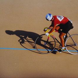Baba Ganz auf dem Rennrad mit Blick zurück.