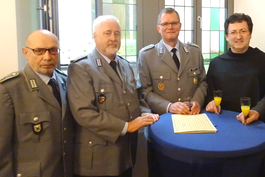 Oberstleutnant Gert Neubert (dritter von links) im Gespräch mit den Vertretern der Reservisten - Oberfeldwebel d.R. Rainer Weiß (links) und Oberstleutnant d.R. Gerd Teßmer (zweiter von links) - und Stadtpfarrer P. Josef Bregula (rechts). Bild: Gerd Teßmer