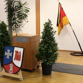 Das Rednerpult, das Wappen der Walldürner Logistiker und die Bataillonsfahne im Hintergrund symbolisieren die Wichtigkeit dieser Veranstaltung in der Öffentlichkeit. Bild: RK Walldürn