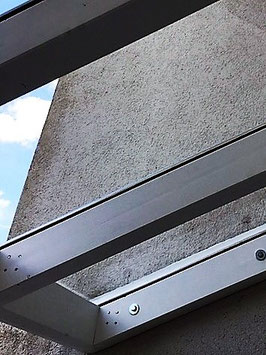 Vordach aus Brettschichtholz mit Standölfarben gestrichen. Dacheindeckung mit Glasplatten VSG Sicherheitsglas