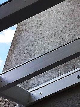Vordach in Balingen aus Brettschichtholz mit Standölfarben gestrichen. Dacheindeckung mit Glasplatten VSG Sicherheitsglas