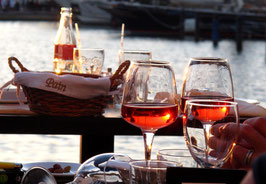 Wein, Gläser, Abendstimmung