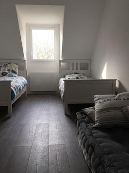 Chambre 2 de la Villa Bleu Breton: les deux lits simples (90x200) et le canapé