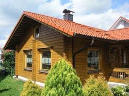 Langlebiges Wohnblockhaus / Winterfestes Zweitwohnsitz. Als technische Holzschutz wurde ein ausrechend hoher Sockel errichtet.