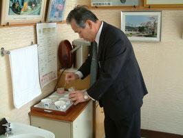 来客には、町長自らポケットマネーで購入したコーヒーを