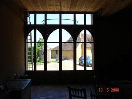 Porte ancienne de récupération posée dans une grange réaménagée (photo)