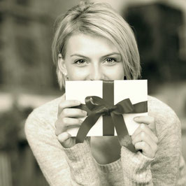 TIPP: Den Gutschein so sorgfältig wie ein Geschenk verpacken