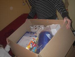 Die Kisten prall gefüllt mit Campingartikeln...