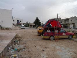 Übernachtung vor syrischem Krankenhaus - links von uns ist die Polizeistation mit Gefängnis...