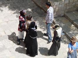 Froehliche Maedchen in Aleppo Zitadelle