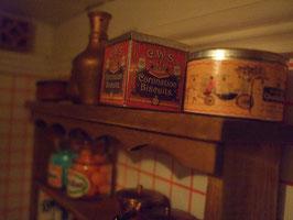 """Latas de galletas (la tapa se puede quitar) de """"Coronation Biscuits""""(regalo de Natalia) y """"Quality Street"""""""