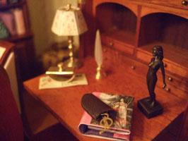 La escultura de bronce es de Neil Carter, los accesorios de escritorio son de Minimundus