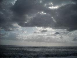 Anche le nuvole hanno il loro fascino mentre si specchiano nel mare