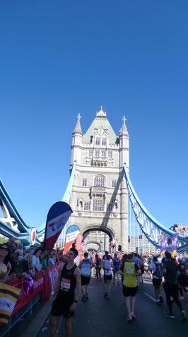 Laufend auf der tower bridge