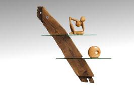Wandregal aus altem Holz und Glas