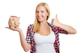 Frau spart bei Privatversicherungen und haelt Sparschwein hoch