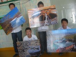 Am Ende einer wundervollen Ausstellung: Schüler der neunten Klasse halten die letzten vier Bilder der Ausstellung von Franz Horn in der Hand.