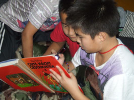 'Gute Nacht Geschichten' in unserer Schule: noch im Dunkeln wurde weitergelesen.