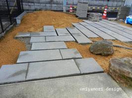 施工現場:歩きやすさ、目地間隔、地形等を確認する為、デザイン監理を行います