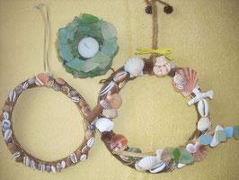 拾った貝やゼリー石で作ったリースやキャンドルスタンド