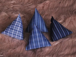 Katzenspielzeug Pyramiden Blautöne gestreift kariert