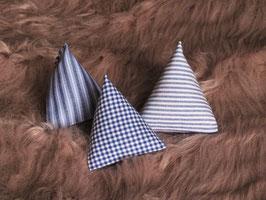 Katzenspielzeug Pyramiden blau / weiß gestreift kariert