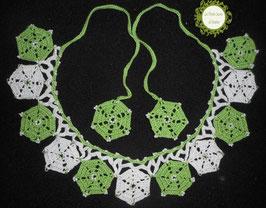 Collier tour de cou crocheté main, mélange de cotons verts et blancs et rocailles de Bohème. Bijou textile aux motifs hexagonaux à nouer dans le cou. Sa longueur se règle selon vos envies.