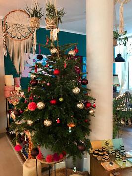 Hearth Woman for Woman Mainz - Veganer Friseursalon und Female Empowerment Store - Weihnachtsmarkt, Christbaum, bunt