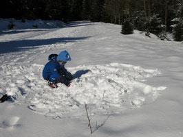 Schnee Kind spielen