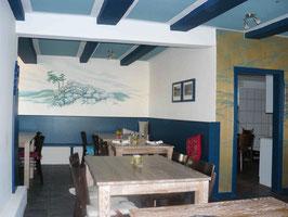 Restaurant Harzer Speisekammer. Foto von innen mit Tischen, bemalter Wand