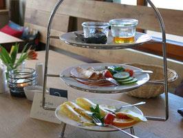Etagere mit Wurst, Käse, Honig, Marmelade fürs Frühstück