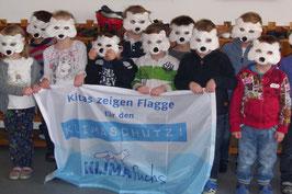 Kinder mit Polarfuchsmasken und KLIMAfuchs-Flagge