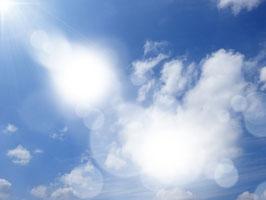 見上げると青空。太陽の光が眩しい