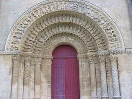 Église d'Aulnay-en-Saintonge :Splendides voussures.