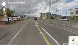 旧7号線を鶴岡市内から白山方面に走行、PALの交差点から約500㍍で左に『西海紙器』さん、右に『トータル保険』さんが見えてきます。トータル保険さんの前を右折してすぐ右側の白い家が7-Colorsです。