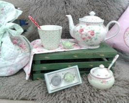 Ein hübsches Geschenk für Teetrinker: Teesieb, Becher, Teekanne etc.