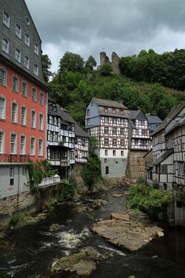 Rote Haus, Rur und die Ruine Haller in Monschau