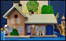 Houten voederhuisje, Model Heel Persoonlijk, met persoonlijk herinnering, vogelvoederhuisje, kleuraccenten , boerderij,  voorkant (1)