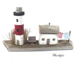 Treibholz - Leuchtturm mit Schilf, Fischerhaus, Wäscheleine und Bank