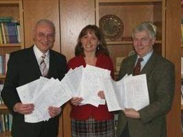 Übergabe der Unterschriften im Kreishaus. Von links: Landrat Joachim Bordt, Jutta Vollstedt, Norbert Leben. 09.02.2009