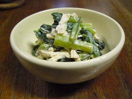 白い器に青菜とチキンの簡単和え物