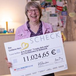 Petra Mohr mit dem Scheck über 11.000 Euro vom Projekt goldenes Herz der Braunschweiger Zeitung.