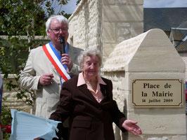 La doyenne de la Commune inaugure la place de la Mairie.