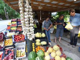 Früchte besorgen wir kiloweise am Strassenrand