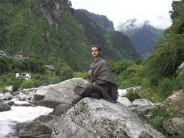 Mantra-Meditation am heiligen Yamuna-Fluß im Himalaya, Indien